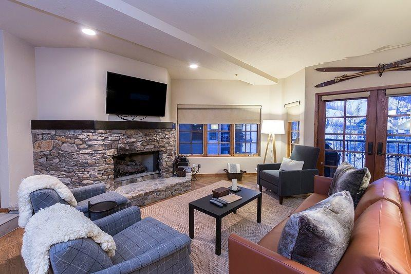 Westermere 310 - Modern living room with gas fireplace, comfortable furnishings - Westermere 310 - 4Br / 3 Ba - Sleeps 10 - Located in the core of Mountain Village - Easy Ski Access - Mountain Village - rentals