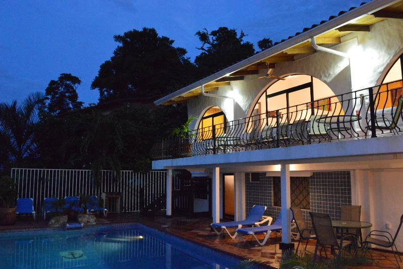 Casa Azul in the evening. You never need to leave the house for a good time. - Casa Azul, Puntaneras, Manuel Antonio, Costa Rica, Luxury Villa, Great Views. - Manuel Antonio National Park - rentals