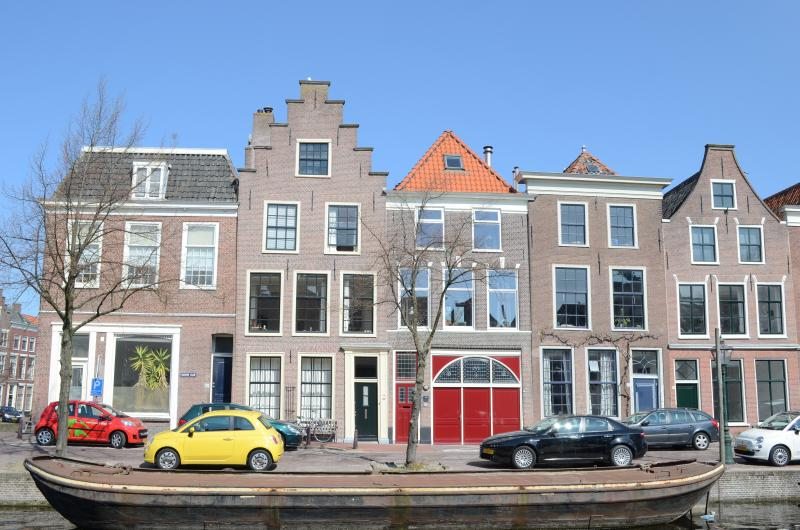 Splendid Locations alongside the canal with the famous red doors - Van Gogh apartment alongside the canal - Leiden - rentals