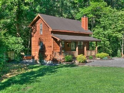 Front of cabin with lots of parking and play area. - CreeksideRetreatHotTubWoodburningFireplaceArcade, - Pigeon Forge - rentals