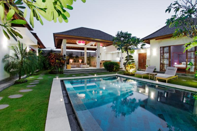 The pool is surrounded by tropical vegetation - LUXURY 3 BEDROOM VILLA IN LEGIAN - Legian - rentals