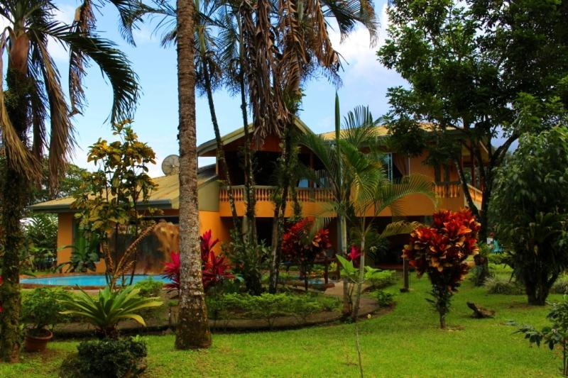 This two story home with A/C, pool and beautiful gardens is perfect for family or group getaways! - CDCR - Fortuna Family House - Best Group Option! - La Fortuna de San Carlos - rentals