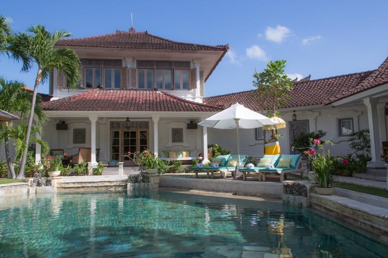 Puri Dana set on 1,050m2 manicured gardens with expansive pool - Puri Dana - Seminyak Oasis in Amazing Location - Seminyak - rentals