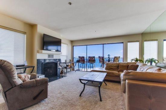 Joeys Riviera Villas Condo - Open living room with view of the Bay - Joey's Riviera Villas Condo on Mission/Sail Bay - Pacific Beach - rentals
