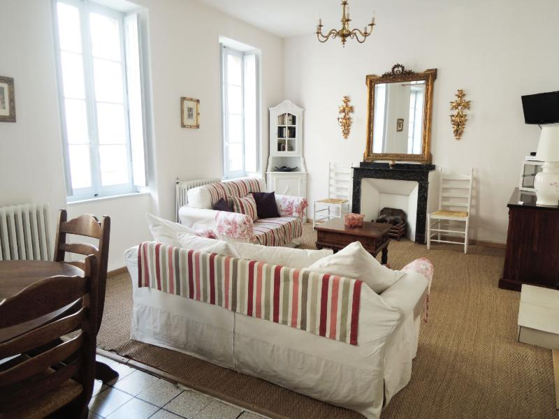 Sitting/dining area - Pretty, Light & Airy Apartment, heart of Limoux - Limoux - rentals