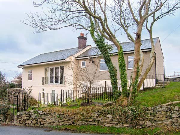 HEN EFAIL, woodburner, WiFi, ground floor cottage near Llandonna, Ref. 915734 - Image 1 - Llanddona - rentals