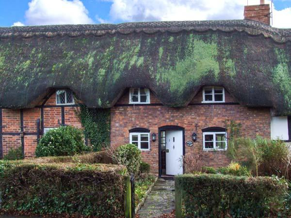ACORN COTTAGE, mid-terrace, thatched cottage, ideal for a couple, in Bretforton, Ref 919647 - Image 1 - Bretforton - rentals