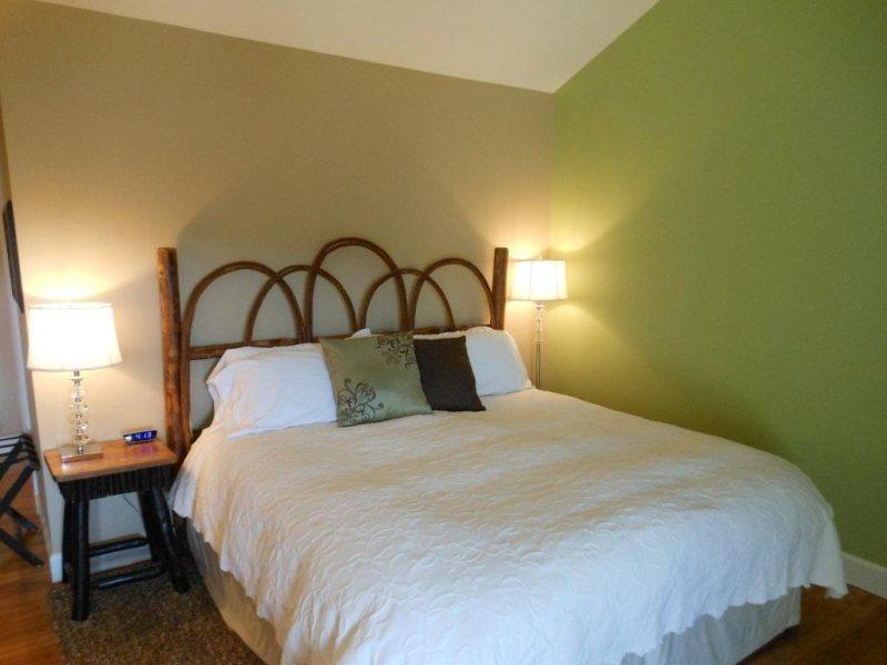 King Bed with Fine Linens - Yonahlossee Inn 556 - Boone - rentals