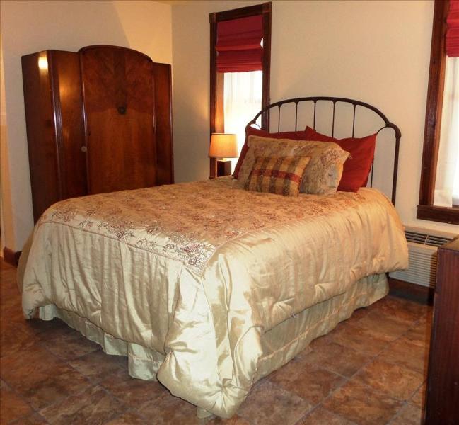 Bella Paradiso #1, Queen 1 bedroom with Sleeper Sofa, BEST VALUE DOWNTOWN EUREKA - Image 1 - Eureka Springs - rentals