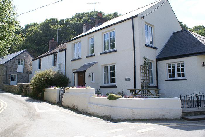 Pet Friendly Holiday Cottage - Tides Reach, Cwm yr Eglwys - Image 1 - Pembrokeshire - rentals