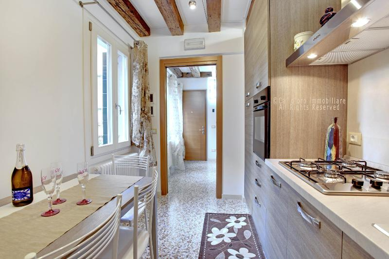Kitchen with a nice view over a private little garden - San Giovanni and Paolo delux: charming 4-sleep apartment located in the heart of Venice. - Venice - rentals