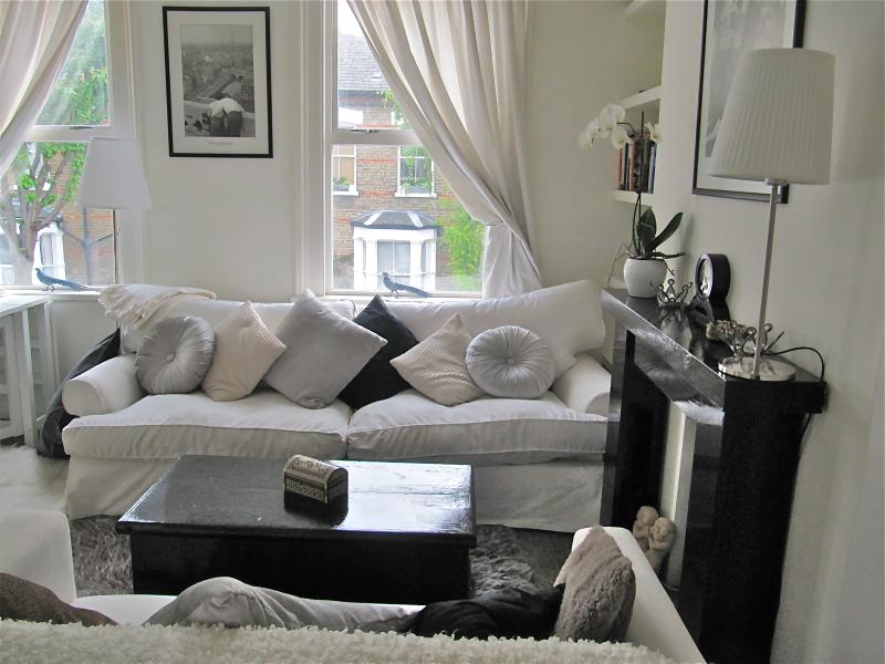 Living room - 3-bed 2 bath luxury apartment 3-5m to river Thames - London - rentals