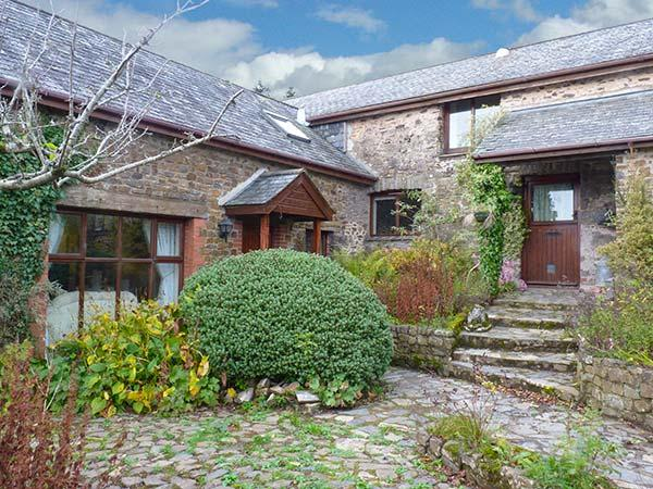 HAZEL BARN, en-suite facilities, enclosed garden plus play area, shared games room, pet-friendly cottage near North Molton, Ref. 918133 - Image 1 - North Molton - rentals