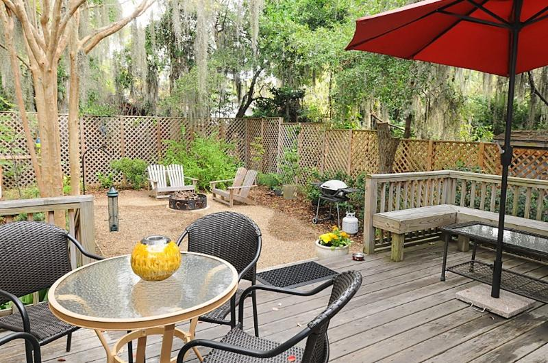 View from the kitchen door to the deck and back yard patio - Cozy Coastal Home, Short Walk to Downtown Beaufort - Beaufort - rentals