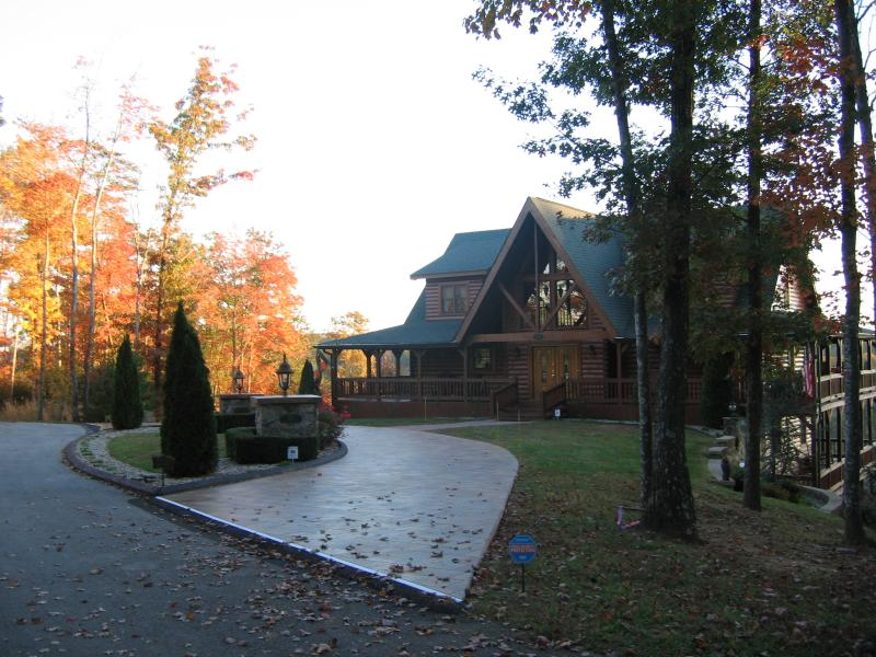 Tiled circular drive-way October 2014. - Look Out Lodge on Lake Cumberland - Russell Springs - rentals