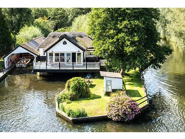 SOUTHOVER river frontage, hot tub, 5-seater boat in Wroxham Ref 904316 - Image 1 - Wroxham - rentals