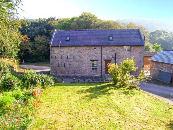 RHWEL FARM GRANARY, games room, woodland views, WiFi, large grounds, in Mold, Ref. 904621 - Image 1 - Caergwrle - rentals