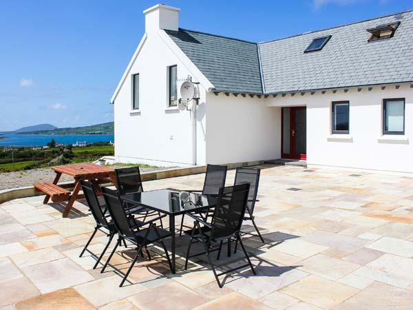 THE HIGH FIELD, sea views, unusual layout, woodburner WiFi, Sky TV, detached cottage near Cahersiveen, Ref. 905261 - Image 1 - Cahersiveen - rentals