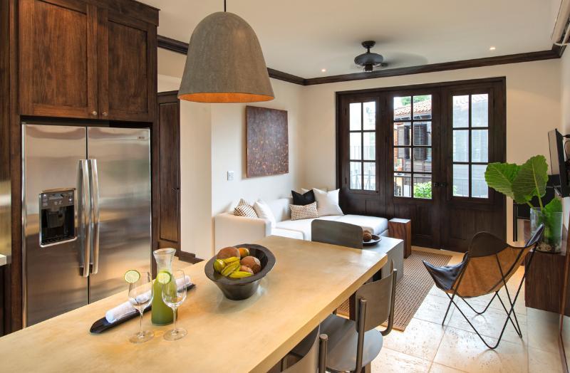 Kitchen and living room - 34 Avenida la Antigua - Las Catalinas - rentals