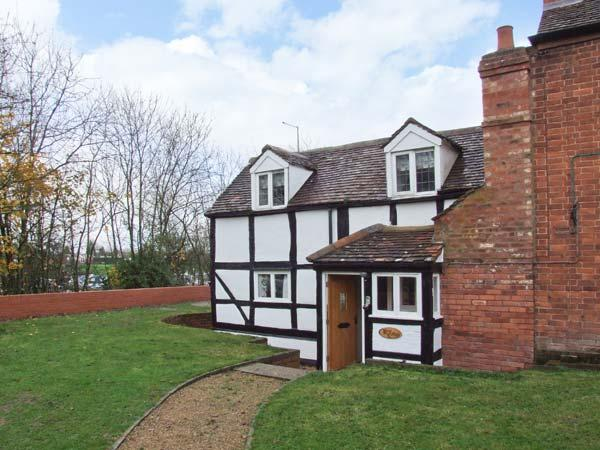ROSE COTTAGE, semi-detached black and white cottage, character features, WiFi, off road parking, garden, in Upton upon Severn, Ref 918203 - Image 1 - Upton upon Severn - rentals