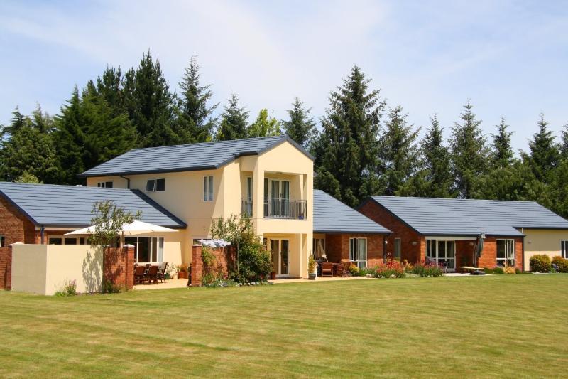 The Villa overlooking the expansive lawn area - The Fantastic  Meadows Villa Christchurch - Christchurch - rentals