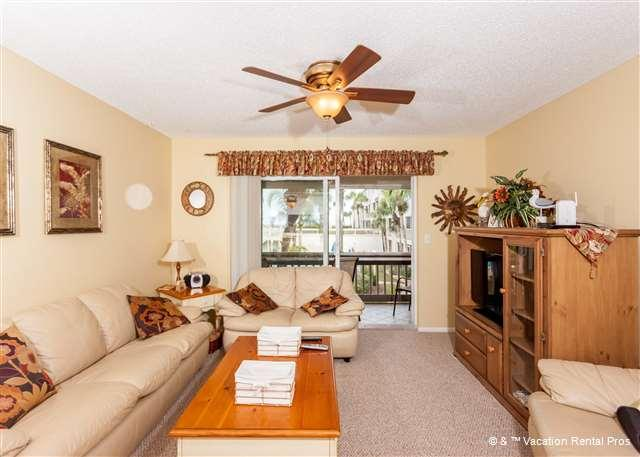 """You'll love this beautifully furnished living room - Four Winds C-7, 2 pools, new King Size Mattress, 37"""" HDTV, wifi - Saint Augustine - rentals"""