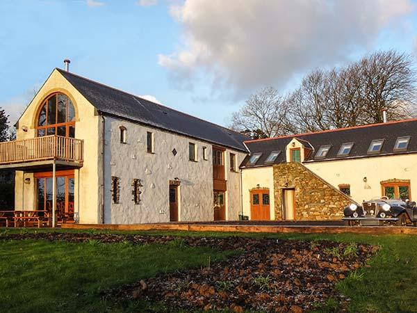 FOUR-ACRES BARN, woodburner, WiFi, balcony, wet room, character cottage near Narberth, Ref. 25935 - Image 1 - Narberth - rentals