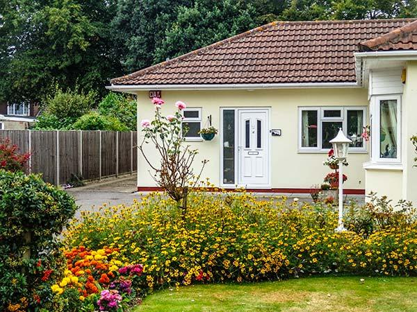 ROSEBANK, single-storey, off road parking, shared well-tended gardens, in Titchfield, Ref 916561 - Image 1 - Locks Heath - rentals