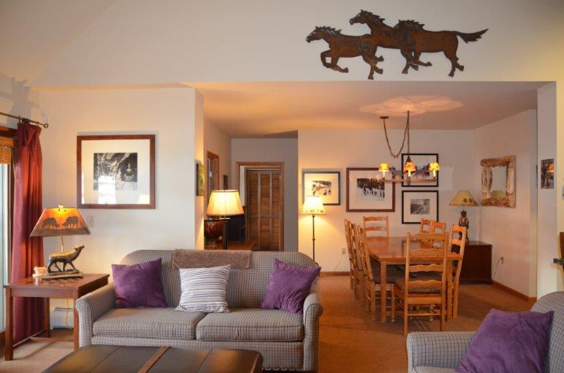 Spacious living area with mountain decor - Zephyr Mountain Lodge 1520 - Winter Park - rentals