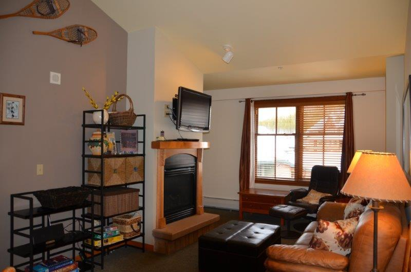 Vaulted ceilings give you a bright and inviting living area - Zephyr Mountain Lodge 1606 - Winter Park - rentals