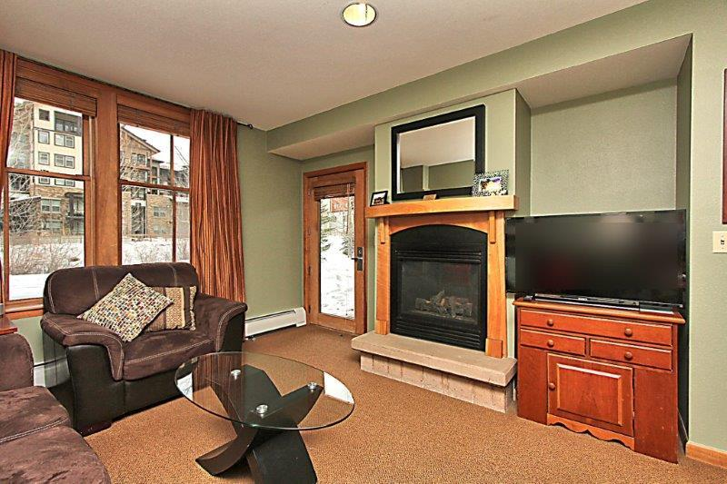 Enjoy a movie on the flat screen TV or cozy up to the gas fireplace - Zephyr Mountain Lodge 2004 - Winter Park - rentals
