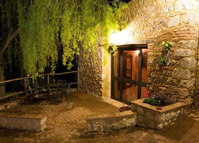 View of the seating arrangements on the garden - Apartment Monteriggioni - 8 - Monteriggioni - rentals