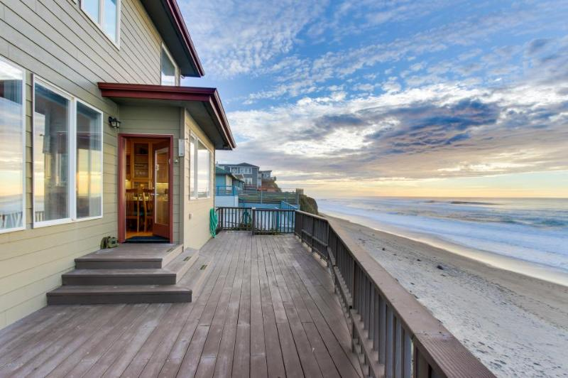 Roaring waves at this oceanfront, dog-friendly beach rental - Image 1 - Gleneden Beach - rentals