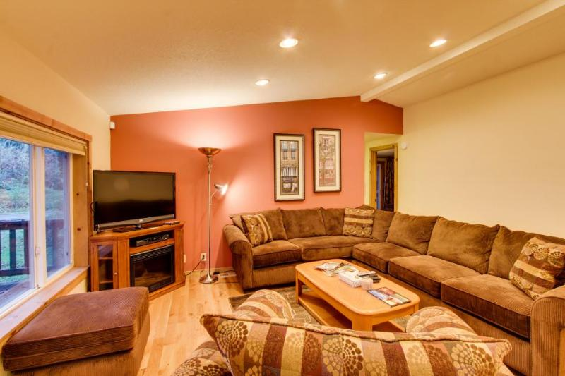 Serene wooded retreat close to the beach! Includes jetted tub and two decks! - Image 1 - Otter Rock - rentals