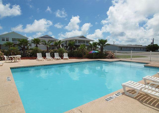 Community Pool - Batton The Hatches: FREE GOLF CART, Close to Beach, Pool, Pets - Port Aransas - rentals