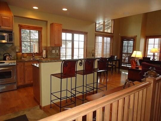 Three-story townhome with main level kitchen, living and dining - Goldenbench 21 - Two Bedroom, Three Bath Townhome. Sleeps 6. Internet. Pet Friendly - Tamarack Resort - rentals