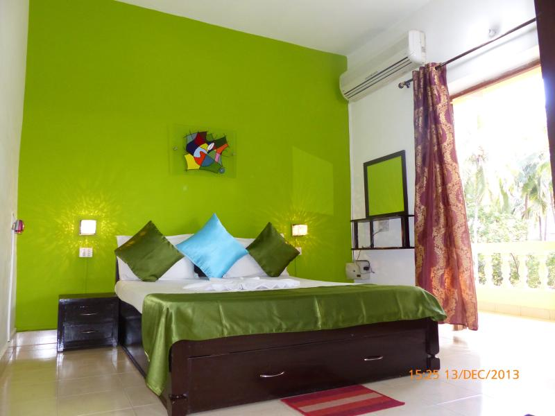 The Bright green bedroom. Beautiful, comfortable, sunny and airy. - Fun Holidays Goa-  Serene Green Resort Apartment, Near Calangute Beach - Calangute - rentals
