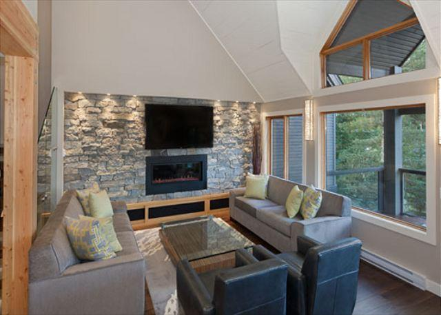 Spacious Living Room with Gas Fireplace and Flat Screen TV - Cedar Ridge 14 | 3 Bedroom Renovated Ski In/Ski Out Townhome, Private Hot Tub - Whistler - rentals