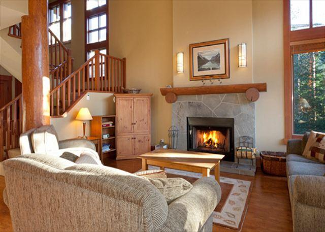Cozy Living Room with Fireplace, Flat Screen TV and Vaulted Ceil - Taluswood The Heights 17 | Whistler Platinum | Close to Ski Access, Hot Tub - Whistler - rentals