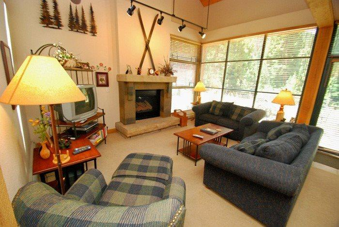 Colorado mountain themed living room  - Ski Tip Townhomes 8730 - On free shuttle, granite counters, washer/dryer, private garage! - Keystone - rentals