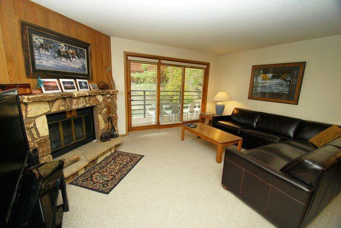 Spacious living room with an outdoor balcony and a fireplace - Snowdance Manor 206 - Walk to slopes, indoor pool and hot tub, Mountain House! - Keystone - rentals