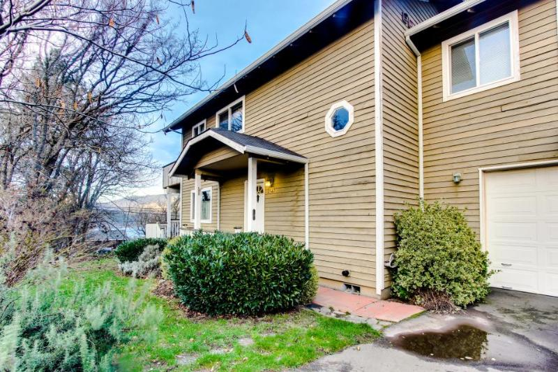 Downtown riverview home near skiing and snowboarding, dogs ok! - Image 1 - Hood River - rentals