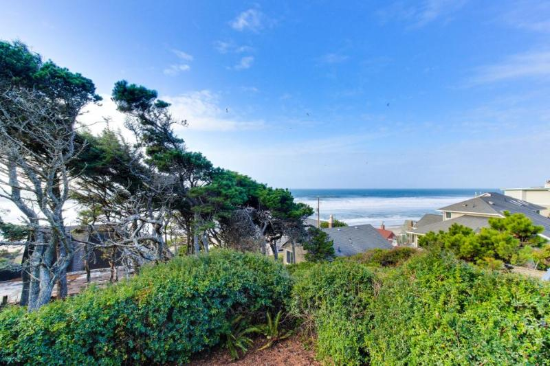 Oceanfront home two blocks from beach with outdoor firepit! - Image 1 - Lincoln Beach - rentals
