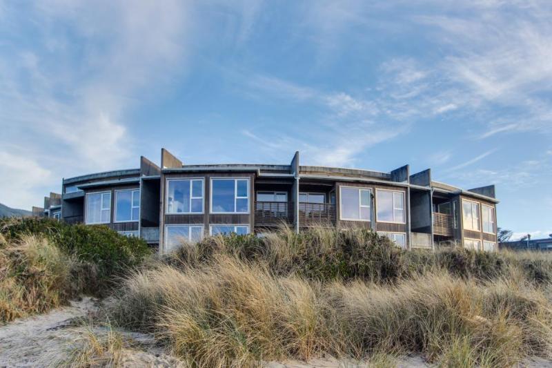 Seaside, dog-friendly condo with ocean views & shared hot tub! - Image 1 - Rockaway Beach - rentals