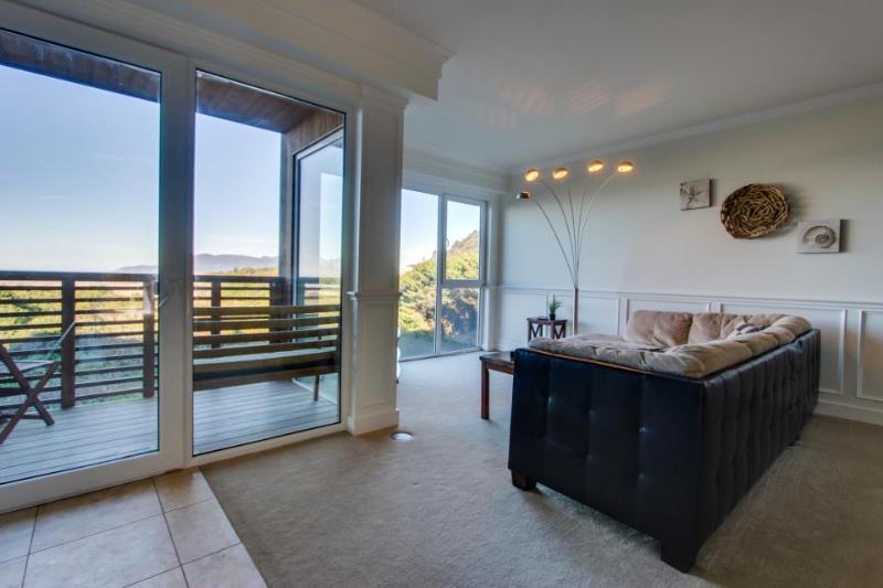 Classy beachside apartment - pets welcomed, sleeps 6! - Image 1 - Rockaway Beach - rentals