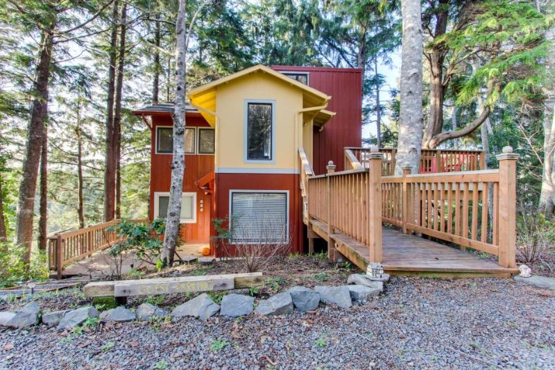 Artistic and whimsical cottage only minutes from the beach! - Image 1 - Cannon Beach - rentals