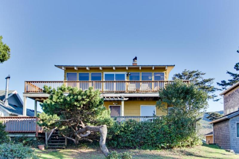 Ground-level beachside cottage with shared hot tub and dog-friendly attitude! - Image 1 - Rockaway Beach - rentals
