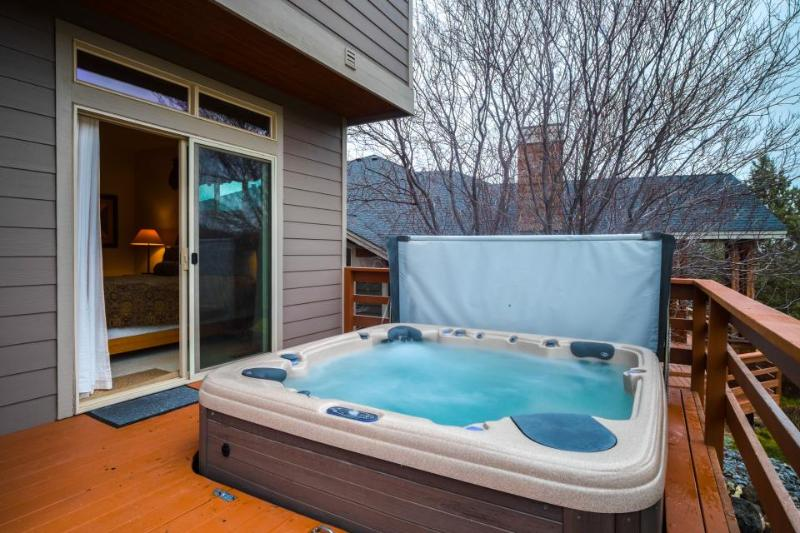 Enjoy private hot tub, shared pool, expansive deck w/views of Ridge Golf Course! - Image 1 - Redmond - rentals