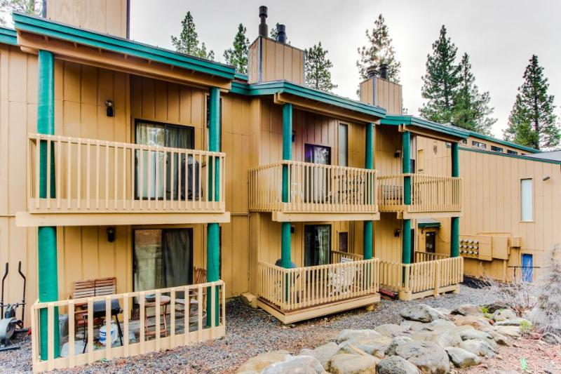 Cozy condo with shared pool, hot tub, sauna and loft, 1 mile from Kings Beach! - Image 1 - Tahoe Vista - rentals