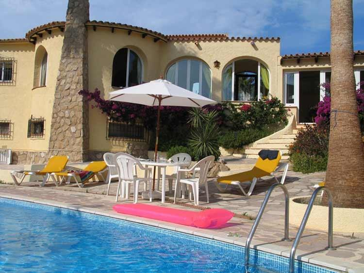 Enjoy a cool drink in the shade whilst keeping an eye on the kids in your private pool - Near Jávea, Villa Amiga, UK TV, wifi, large pool - Benitachell - rentals